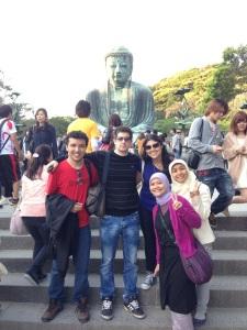 Di depan patung Budha raksasa yang terkenal itu