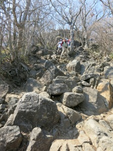 Jalan mendaki yang penuh batu terjal