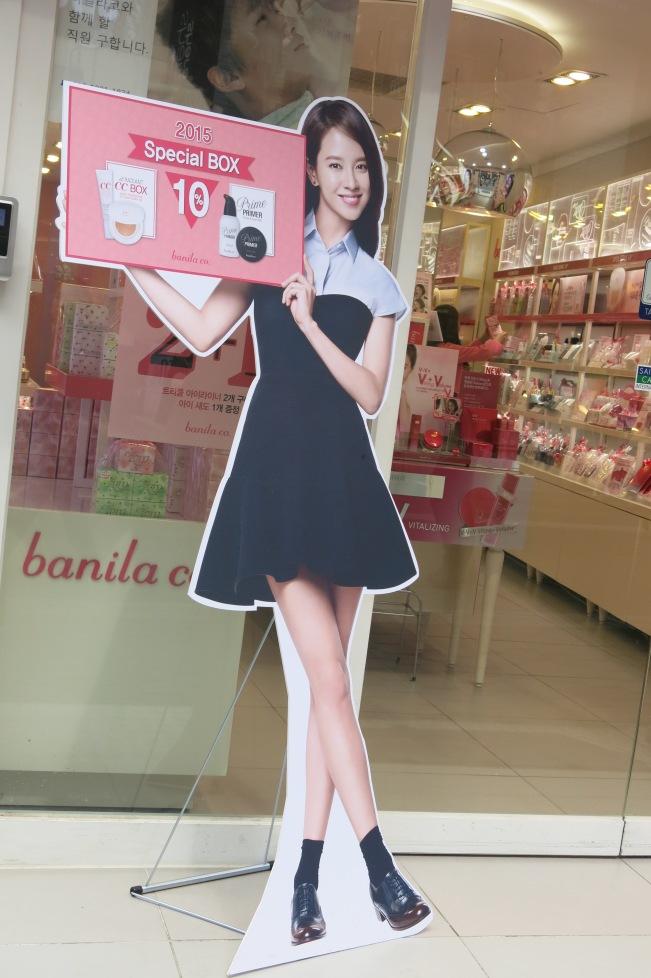 Ada mbak Song Ji Hyo. Sayangnya kosmetiknya mbak Ji Hyo ini rada mahal, jadi nggak ada yang saya beli deh.